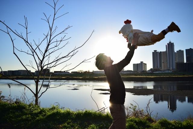 子供を抱き上げる父親