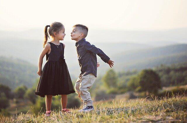 キスをしようとする男の子と女の子