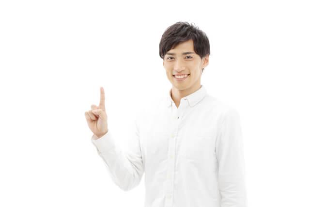 人差し指を立てる男性