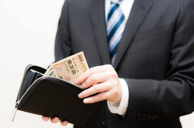 財布を取りだす男性