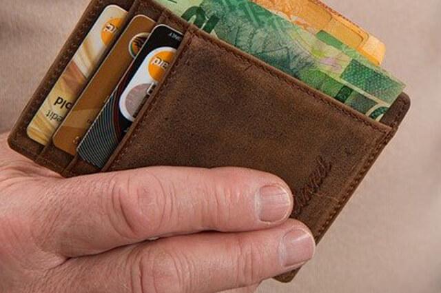 クレジットカードを取りだす男性