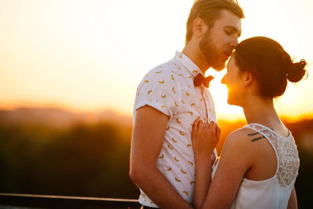 夕陽の中寄り添うカップル