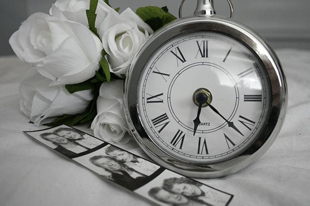 時計とカップルの写真