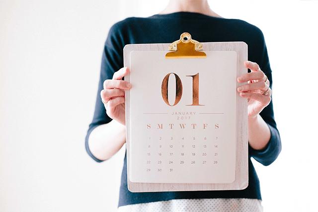 カレンダーを持つ女性