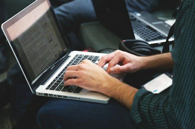 パソコンを触っている人の手元