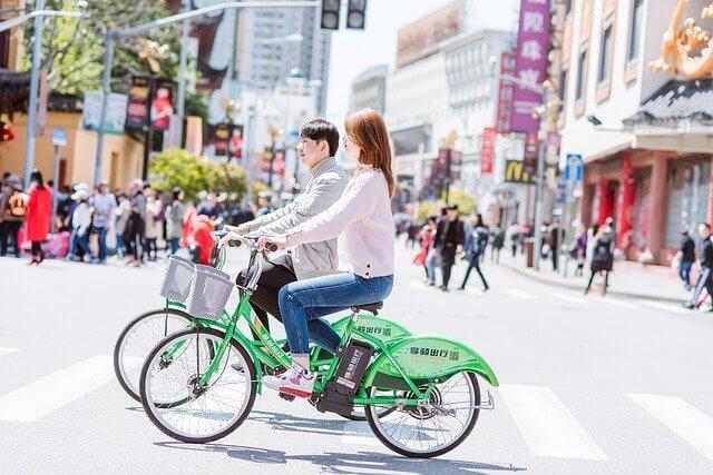 自転車に乗る2人