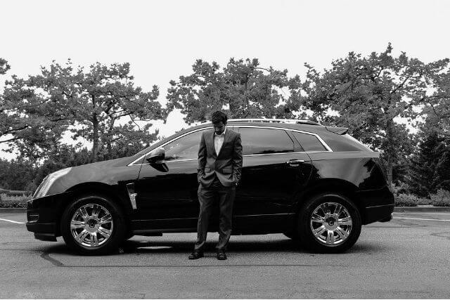 車の横に立っている男性