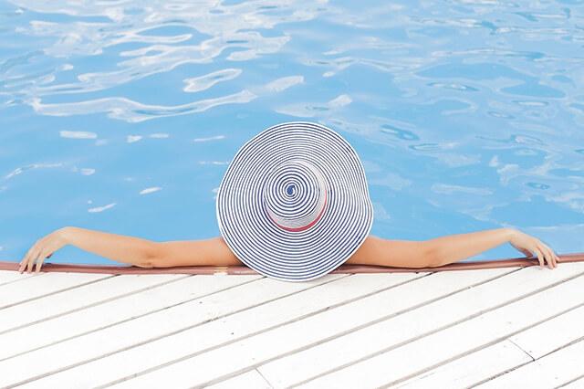 プールでくつろぐ女性