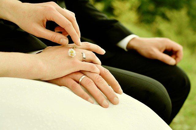 男性の手に重ねる女性の手