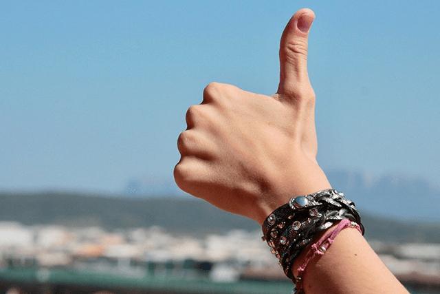 親指を立てる人