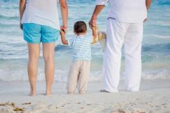 ビーチにいる家族