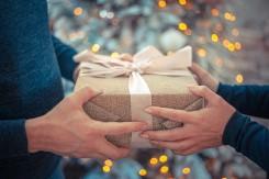 キプレゼントを渡す人