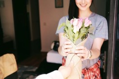 花を贈る男性