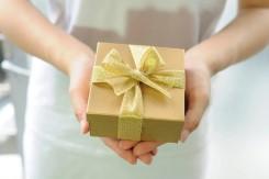 プレゼントを受け取った女性