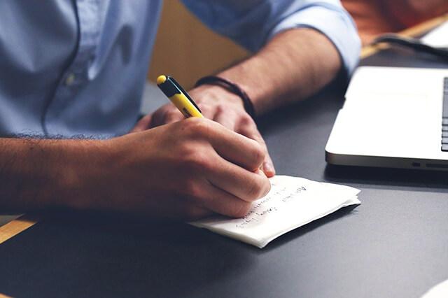 プロフィールを書く男性