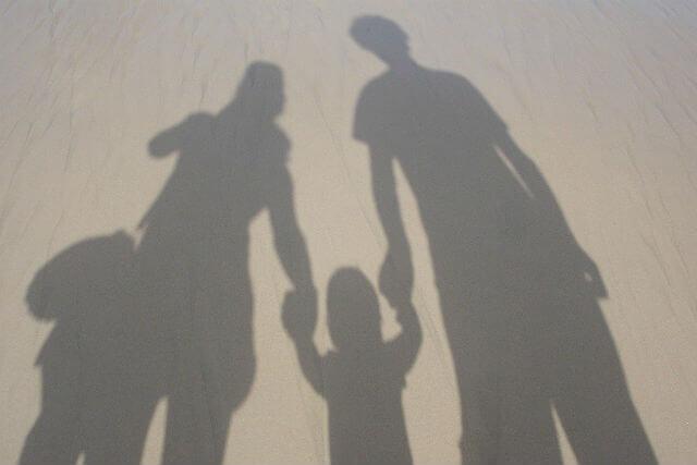 地面に映った家族の影