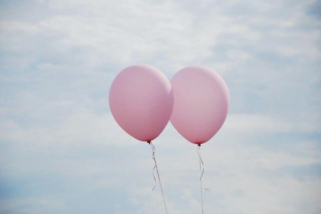 空に浮かぶピンクの風船