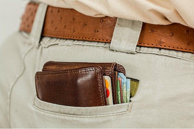 ポケットから見えている財布