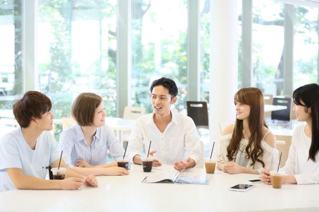 談笑するグループ