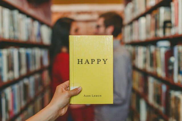 HAPPYと書かれた黄色の本
