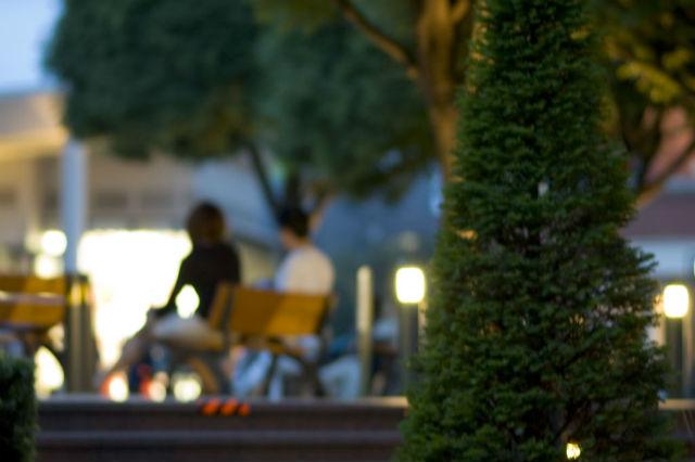 ベンチに座るカップルのシルエット
