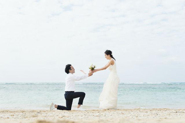 海辺で花束を渡す