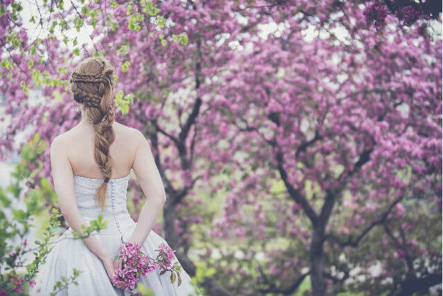 ウェディングドレスを着た女性の後ろ姿