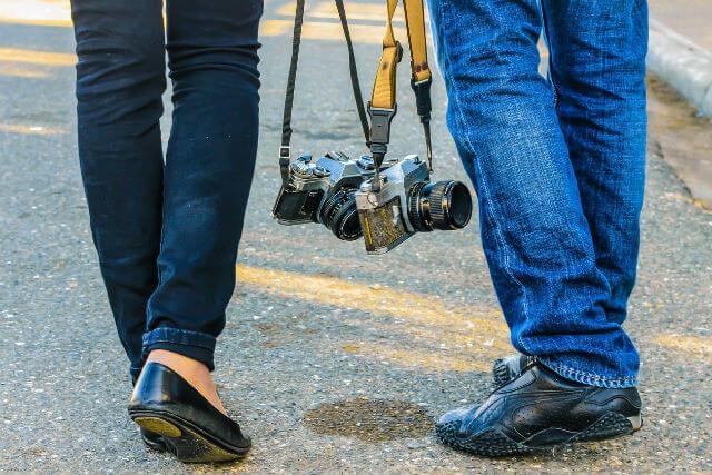 カメラを持ったカップルの足元