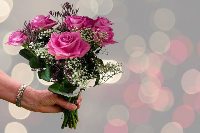 花束を渡す人の手元