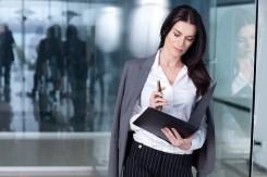 仕事の確認をする女性